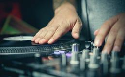 O DJ risca o registro de vinil com música em plataformas giratórias foto de stock royalty free