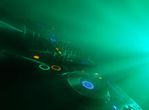 O DJ tabela em um concerto Fotos de Stock