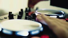 O DJ trabalha atrás do teclado do DJ vídeos de arquivo