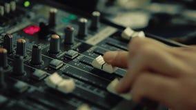 O DJ trabalha no teclado do DJ video estoque