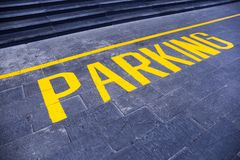 O ` do estacionamento do ` da palavra pintado no amarelo imagens de stock royalty free