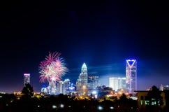4o do fogo de artifício de julho sobre a skyline de charlotte Imagem de Stock
