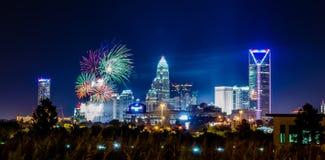 4o do fogo de artifício de julho sobre a skyline de charlotte Imagem de Stock Royalty Free