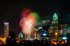 4o do fogo de artifício de julho sobre a skyline de charlotte Fotos de Stock Royalty Free