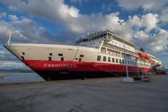 O ` do MS Finnmarken do ` do navio de Hurtigruten no porto de Molde em Noruega Imagens de Stock Royalty Free
