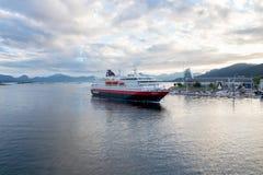 O ` do MS Nordlys do ` do navio de Hurtigruten que entra no porto de Molde em Noruega Fotos de Stock