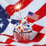 o 4o do queque de julho com bandeira, polvilha, e chuveirinho fotografia de stock