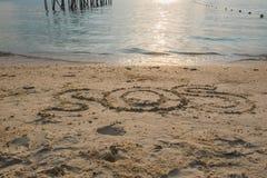 """O """" do """" SOS da palavra escreve na areia na praia Fotografia de Stock Royalty Free"""