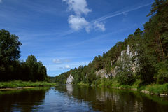 O ` do St George Rock do ` do penhasco e a sentinela do ` balançam o ` na costa do rio de Chusovaya Foto de Stock