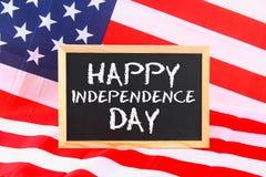 4o do texto feliz do Dia da Independência de julho na bandeira do Estados Unidos da América Fotos de Stock Royalty Free