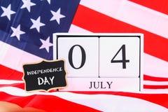 4o do texto feliz do Dia da Independência de julho na bandeira do Estados Unidos da América Imagens de Stock Royalty Free