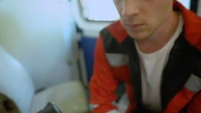 O Doc preocupa-se sobre o paciente, ambulância que transporta a mulher gravemente doente à clínica filme