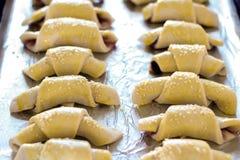 O doce caseiro e Nutella encheram crescentes antes do cozimento fotografia de stock royalty free