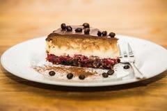 O doce delicioso cozeu o bolo com feijões e fruto de café fotografia de stock