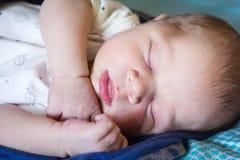O doce um bebê recém-nascido idoso do mês está dormindo Fotografia de Stock Royalty Free