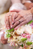 O doce wed recentemente guardarar as mãos Imagens de Stock Royalty Free