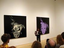 O docent de MOMA fala sobre o self-portrait de Andy Warhol fotografia de stock