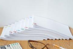 O documento com clipe colorido e a calculadora têm a pena e os espetáculos Imagens de Stock Royalty Free
