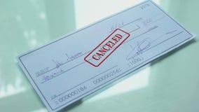 O documento do cheque cancelou, selo dos selos da mão no papel oficial, insuficientes fundos vídeos de arquivo