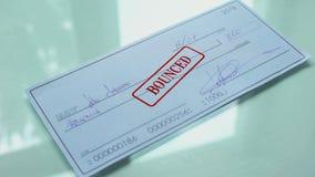 O documento do cheque saltou, selo dos selos da mão no papel oficial, insuficientes fundos filme