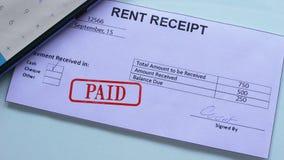 O documento do recibo do aluguel pagou, selo no papel oficial, pagamento regular dos selos da mão filme