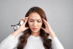 O doente forçou a mulher tonto que sofre da vertigem, vertigem, dor de cabeça fotografia de stock royalty free