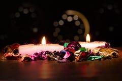 O doft das velas e das flores dos termas ilumina-se no fundo escuro Imagens de Stock
