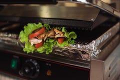 O doner de Shawarma cozeu em um forno elétrico em um restaurante do fast food fotos de stock royalty free