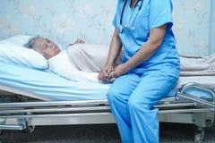O doutor asiático do fisioterapeuta da enfermeira para importar-se, ajudar e apoiar o paciente superior ou idoso da mulher da sen fotos de stock royalty free