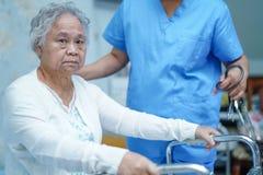 O doutor asiático do fisioterapeuta da enfermeira para importar-se, ajudar e apoiar o paciente superior ou idoso da mulher da sen imagens de stock