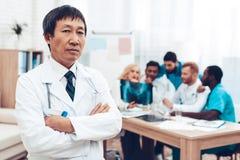 O doutor asiático Stare Discussão diagnóstica fotografia de stock
