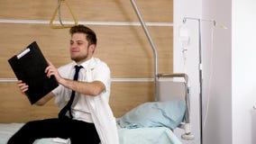 O doutor cansado está descansando na cama de hospital filme