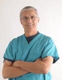 O doutor com braços dobrou-se Foto de Stock