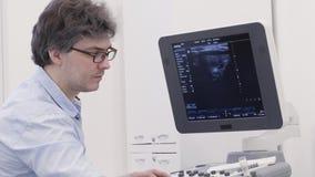 O doutor da ecografia detecta a doença no ultrassom para examinar vídeos de arquivo