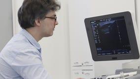 O doutor da ecografia detecta a doença no ultrassom para examinar filme