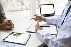 o doutor da medicina explica o diagnóstico à terra arrendada e ao sho da equipe do doutor imagens de stock