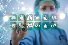 O doutor da mulher que pressiona botões com vários ícones médicos Imagens de Stock Royalty Free