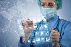 O doutor da mulher que pressiona botões com vários ícones médicos Fotografia de Stock