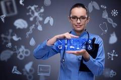 O doutor da mulher que pressiona botões com vários ícones médicos Fotografia de Stock Royalty Free