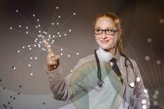 O doutor da mulher que pressiona o botão virtual Foto de Stock