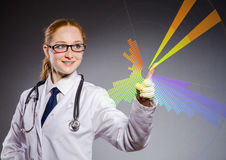 O doutor da mulher que pressiona o botão virtual Imagem de Stock