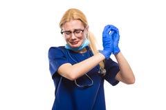 O doutor de grito esfrega dentro luvas e máscara protetora imagem de stock royalty free