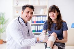 O doutor de visita paciente após a sustentação ostenta ferimento foto de stock