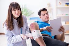 O doutor de visita paciente após a sustentação ostenta ferimento imagem de stock royalty free