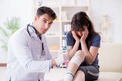 O doutor de visita paciente após a sustentação ostenta ferimento fotos de stock