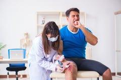 O doutor de visita paciente após a sustentação ostenta ferimento imagens de stock royalty free
