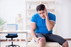 O doutor de visita paciente após a sustentação ostenta ferimento fotos de stock royalty free