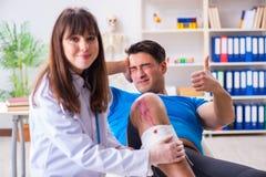 O doutor de visita paciente após a sustentação ostenta ferimento fotografia de stock royalty free