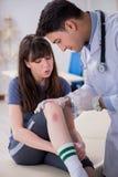 O doutor de visita paciente após a sustentação ostenta ferimento imagens de stock