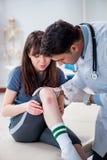 O doutor de visita paciente após a sustentação ostenta ferimento fotografia de stock